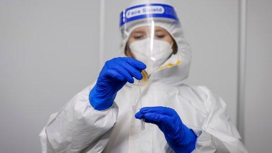 Die Corona-Infektionsrate in Niedersachsen ist weiter rückläufig. Dennoch ist das noch lange kein Grund zur Entwarnung. (Symbolbild)