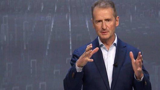 VW-Chef Diess sagt voraus, dass der Chip-Mangel die Volkswagen-Werke weiter beschäftigen wird. (Archivbild)