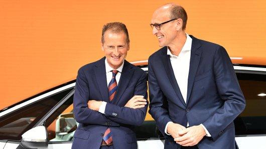 VW-Chef Herbert Diess (links) und Volkswagen-Markenchef Ralf Brandstätter dürften angesichts der neuen Zahlen gute Laune haben. (Archivbild)