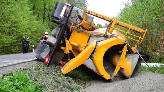 Nach dem Betonmischer-Unfall bei Königslutter läuft die Bergung des Lkw - dabei zählt jede Minute.