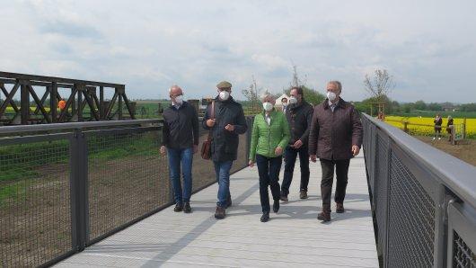 Erster Spaziergang über die neue Brücke im Landkreis Wolfenbüttel.