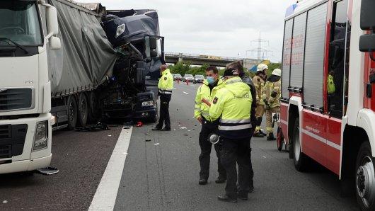 Auf der A2 im Kreis Helmstedt hat es am Samstag erneut einen schweren Lkw-Unfall gegeben. Es bildete sich ein langer Stau.