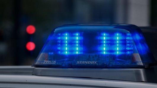Salzgitter: Ein Mann wird gegenüber der Polizei handgreiflich, nachdem er versucht hat seine Freundin anzugreifen. (Symbolbild)