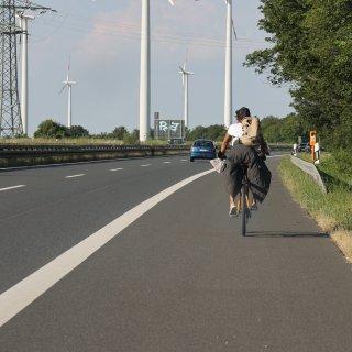 Seelenruhig radelte die Frau über die A39 bei Salzgitter nach Braunschweig.