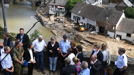 Rheinland-Pfalz, Schuld: Bundeskanzlerin Angela Merkel (Mitte links) und Malu Dreyer (Mitte rechts,SPD), Ministerpräsidentin von Rheinland-Pfalz, sprechen mit Helfern und Betroffenen