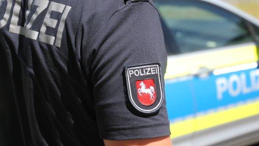 Gleich zwei Polizisten hat ein Wolfsburger Donnerstagabend verletzt. (Symbolbild)
