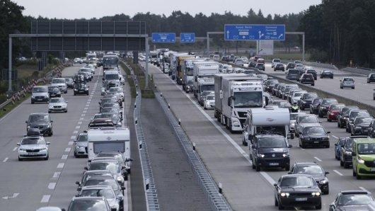 Zum Ferienbeginn in Niedersachsen staut es sich auf den Autobahnen. (Archivbild)