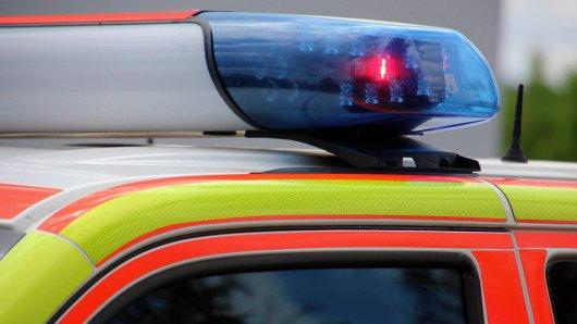 Harz: Ein Mann prallte mit seinem Auto gegen einen Baum und wurde lebensgefährlich verletzt. (Symbolbild)
