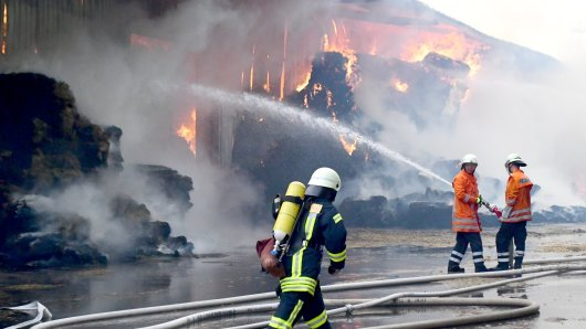 Kreis Wolfenbüttel: Eine Scheune steht in Brand und die Feuerwehr kreigt die Flammen nicht unter Kontrolle.