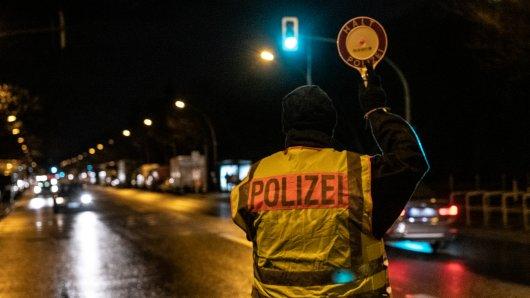 Ein Mann hat sich in Braunschweig für einen Polizisten ausgegeben – und kontrolliert dann ausgerechnet IHN! (Symbolbild)
