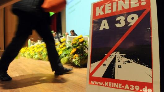 Ein Plakat gegen den Bau der Autobahn A39 (Archivbild).