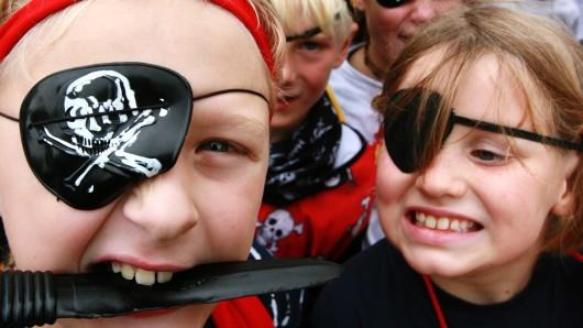 Gefährliche Freibeuter warten beim Piratenfest im Wasserpark Hehlingen auf die Teilnehmer (Symbolbild).