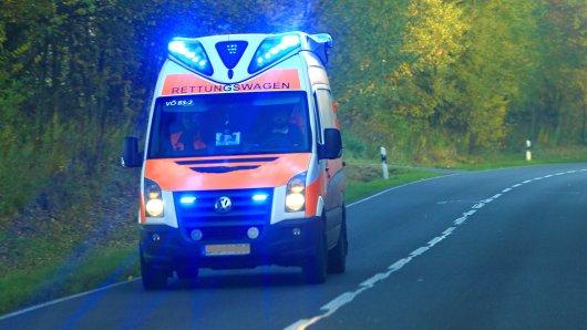 Im Kreis Gifhorn hat es am Donnerstagmorgen einen schweren Unfall gegeben. Eine Frau krachte mit ihrem Wagen gegen einen Baum. (Symbolbild)