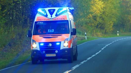 Rettungskräfte brachten beide Autofahrer ins Krankenhaus. Möglichweise hat die Unfallverursacherin aus gesundheitlichen Gründen die Kontrolle über ihren Wagen verloren (Archivfoto).