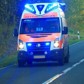 Ein Autofahrer ist nach einem Unfall auf der B188 im Kreis Gifhorn ins Krankenhaus gebracht worden. (Symbolbild)