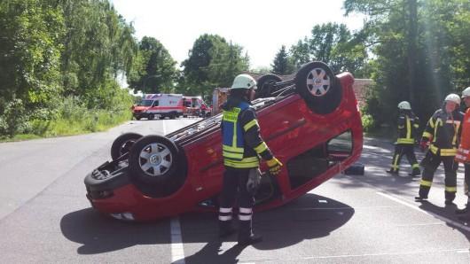 Ein Auto blieb auf dem Dach liegen.