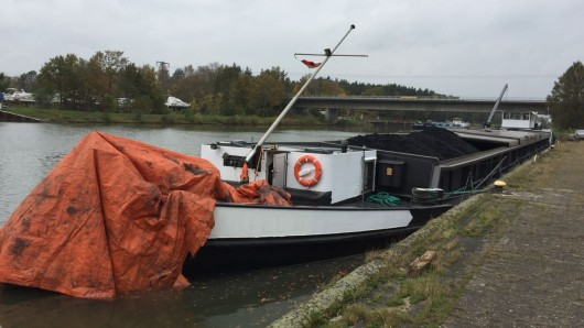 Schwer beschädigtes Binnenschiff, welches mittels eines sogenannten Lecksegels gegen weiteren Wassereinbruch gesichert wurde.
