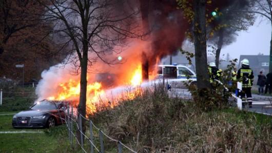 Die Autos gingen in Flammen auf.
