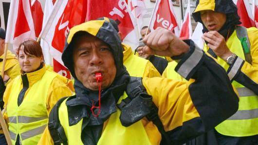 Mitarbeiter der Deutschen Post streiken. (Archivbild)