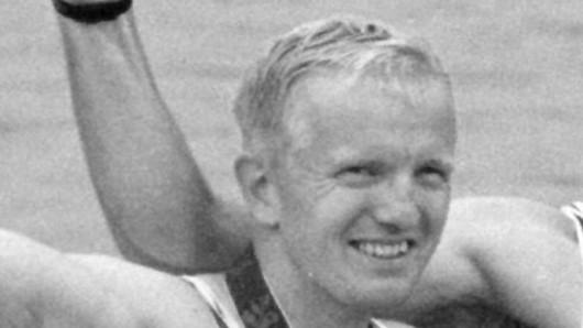 Roland Baar, Schlagmann des deutschen Achters bei den Olympischen Spielen in Atlanta 1996, jubelt. Jetzt ist er gestorben.