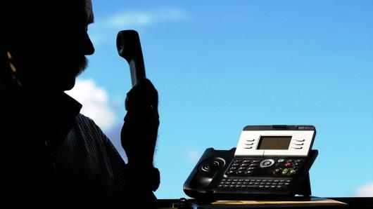 Polizeibeamte am Telefon? Eine beliebte Masche der Trickbetrüger. (Symbolbild)