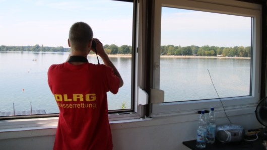 Stets den Blick auf den Tankumsee gerichtet: Die DLRG-Ortsgruppe Braunschweig hat ein wachsames Auge auf die Badegäste.