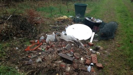 Am vergangenen Wochenende wurde in einem Waldstück zwischen Behren und Bokel, südlich der Landesstraße 265, von einer unbekannten Person unerlaubt Müll entsorgt