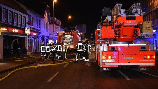Die Feuerwehr war mit zwei Löschzügen und 39 Kräften am Ort, dazu kommen zwei Rettungswagen der DRK Wache und der Schnelleinsatzgruppe (SEG).