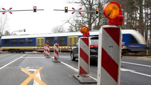 Ein Erixx passiert den Bahnübergang mit einer zu kurz geratenen Bahnschranke an der B188.