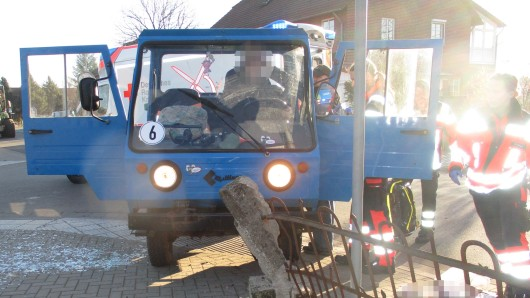 Der Fahrer des Mini-Lkw verletzte sich bei dem Unfall in Müden/Aller schwer am Kopf.