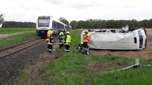 Ein Auto wurde von einem Zug erfasst.