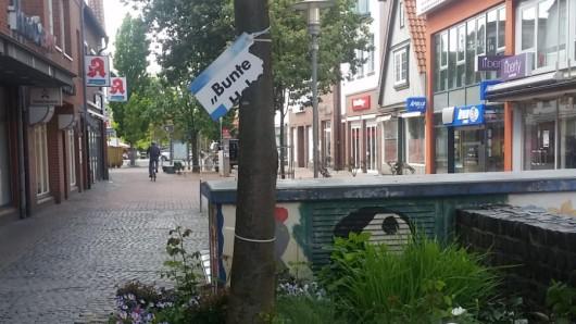Viel ist nicht mehr übrig von dem AfD-Plakat in der Fußgängerzone in Gifhorn.
