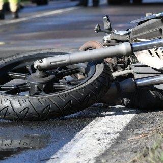 Ein Motorradfahrer hat die Kontrolle über sein Fahrzeug verloren und ist in einen Zaun gekracht (Symbolfoto).