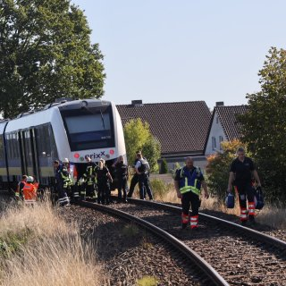 Ein Zug hat am Bahnübergang Isenbüttel ein Auto erfasst.