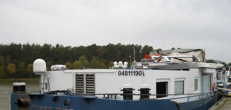 Der Kapitän dieses Schiffs konnte sich bei dem Unglück im Kreis Gifhorn selbst noch retten - seine Kabine dagegen nicht.