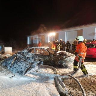 Das Wrack wurde von der Feuerwehr per Seilwinde auf den Hof gezogen.  Anschließend wurden noch weitere Glutnester mit der Wärmebildkamera gesucht und abgelöscht.