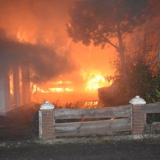 In Gifhorn brannte in der Nacht ein Gebäude – meterhohe Flammen schlugen in den Nachthimmel.