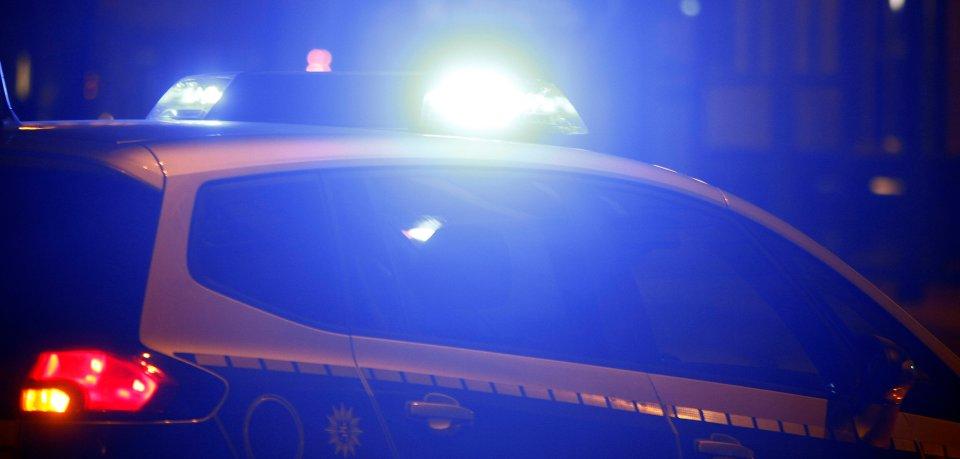 Am Abend sperrt die Polizei den Ort Westerholz in Gifhorn ab. (Symbolbild)