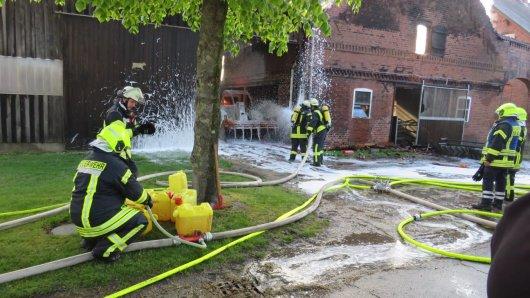 In Darrigsdorf im Kreis Gifhorn ist ein Kuhstall bis auf die Grundmauern niedergebrannt. Es gibt neun Verletzte.