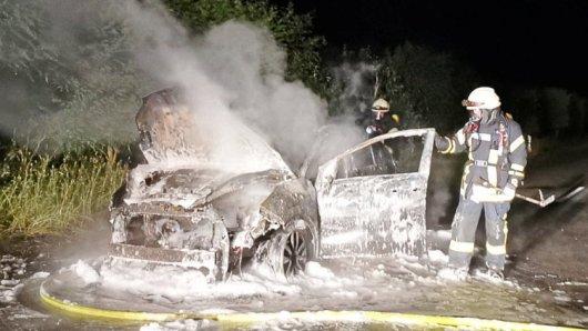 Im Kreis Gifhorn ist in der Nacht ein Auto in Flammen aufgegangen.