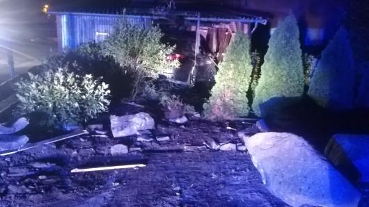 Ein Auto ist in Vordorf im Landkreis Gifhorn in der Nacht in ein Gartenhaus gerast. Anwohner wurden von einem lauten Knall geweckt.