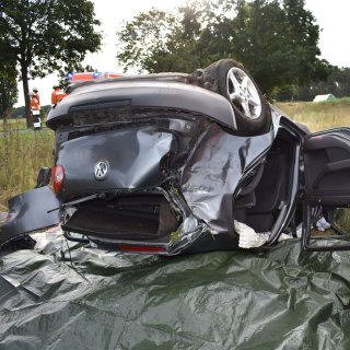 Unfall im Kreis Gifhorn: Die Frau landete mit ihrem VW Golf auf dem Dach.