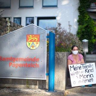 Anja M. aus dem Landkreis Gifhorn möchte ein Zeichen setzen. Deshalb sitzt sie nun jeden Tag vor dem Rathaus der Samtgemeinde.