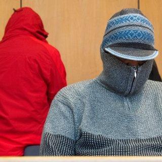 """Das angeklagte Ehepaar wartet im Landgericht auf den letzten Prozesstag. Am Donnerstag fiel das Urteil gegen das """"Pädagogen""""-Paar aus Gifhorn."""