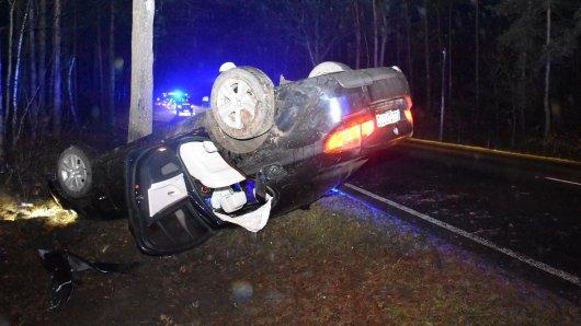 Im Kreis Gifhorn wurden zwei Männer bei einem Unfall schwer verletzt. Ihr Auto landete auf dem Dach.