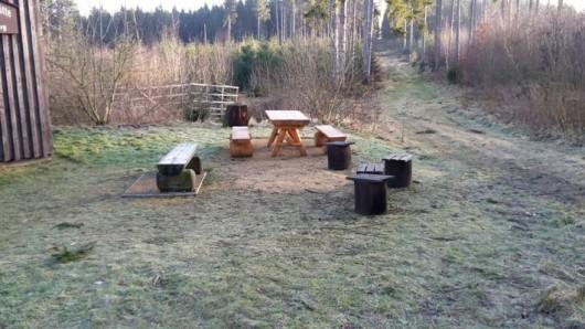 Die Holzbänke und der Holztisch im Hintergrund wurden von Unbekannten in Bad Harzburg geklaut.