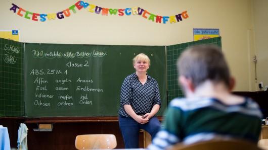 Schulleiterin und Lehrerin Heike Tuchtfeld steht in einem Klassenraum der Grundschule Wildemann. Vier Jahrgänge, 18 Kinder, eine Lehrerin ? Wildemann hat eine der kleinsten Schulen Niedersachsens. An Schließung denkt allerdings niemand.