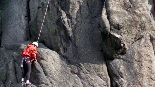 Die Marienwand ist einer der beliebtesten Kletterfelsen im Okertal. Direkt an ihrem Fuß fließt die Oker entlang (Archivbild).