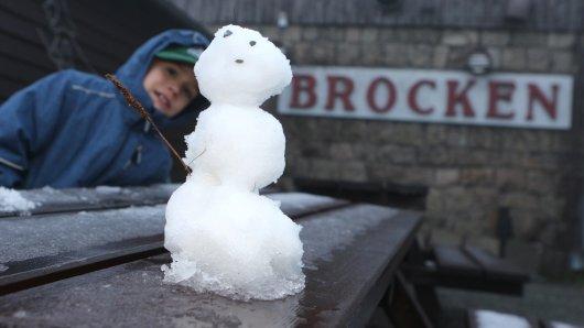 Der sechsjährige Felix freut sich über einen kleinen Schneemann auf dem Brocken. Der meteorolische Wetterdienst hat die ersten Schneeschauer vermeldet.