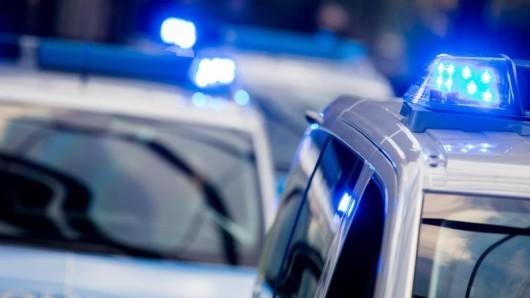 Polizeifahrzeuge mit eingeschaltetem Blaulicht.